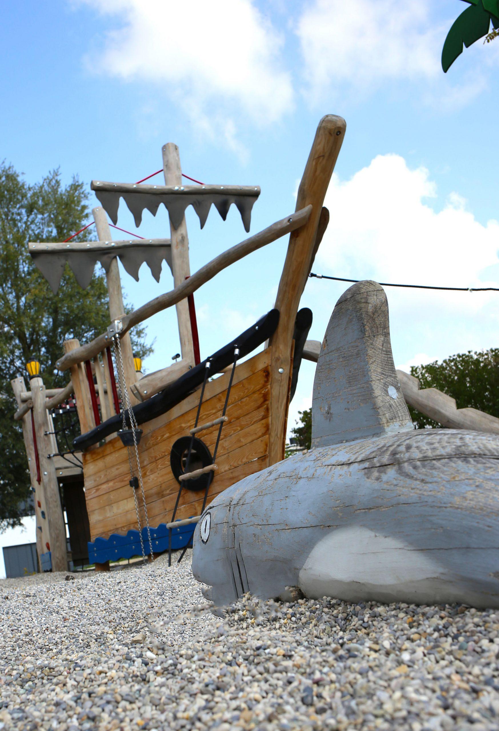 Themenspielplatz Spielschiff Robinie Piratenschiff Spielkombination Robinie Naturgewachsen Spielplatz Langlebig Sonderbau Liebe Detail Kletterkombination
